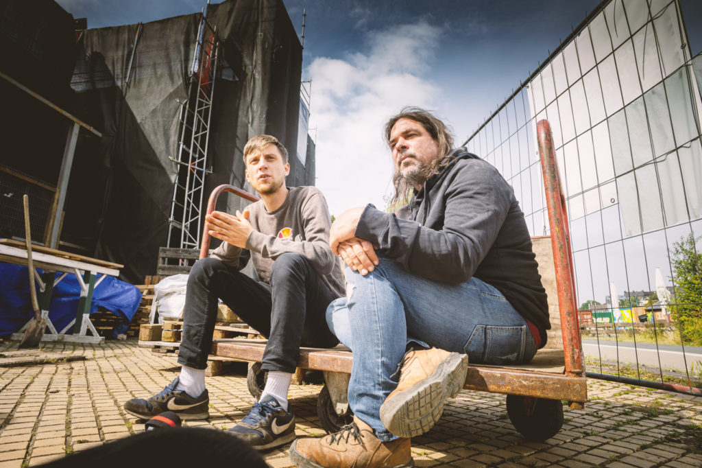Alex und Niklas auf einem Bauwagen sitzend